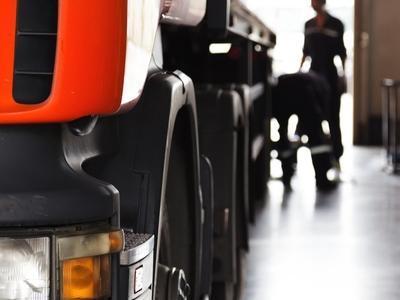 serwis auta ciężarowego w warsztacie